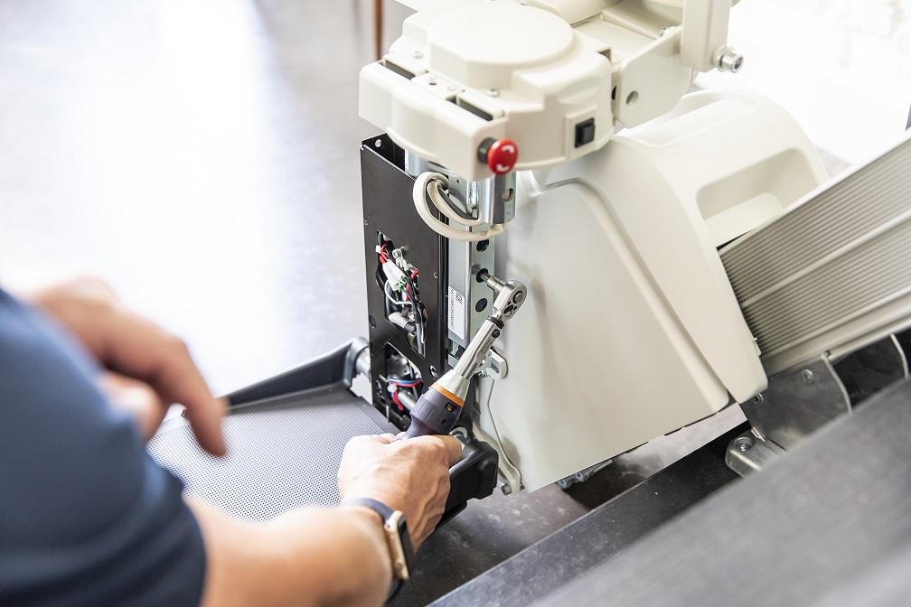 Handicare1100-mechanic-installation-sml